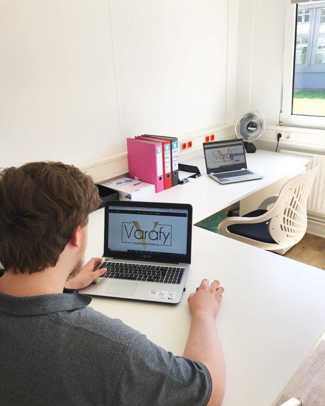 Office days ☕️📚✏️👩🏽💻 . . . . #webdesign #varafy #agencylife #agency #socialmedia #webdesigner #wilhelmshaven #werbeagentur #webagentur #design #business #entrepreneurship #digital #digitalnatives #selbstundständig #aesthetic #inspiration
