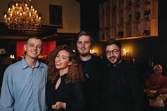 Das war der gestrige Abend bei der Gala vom @lorient_restaurant_whv und unserer Premiere des Imagefilms!! Wir waren super glücklich und total aufgeregt als der Film vor so vielen tollen Menschen gezeigt wurde! Wir haben super Feedback bekommen und freuen uns schon riesig was die Zukunft bringen wird :)! Danke noch mal an die ganze Ali-Kara Familie für eine tolle Zeit und so viel Herzlichkeit, Gastfreundschaft, Vertrauen und Spaß in den letzten 4 Monaten ! @ali.kara_ali @hasssan.ka und auch an @realsmn für die tolle und professionelle Unterstützung! Und sowieso an das @varafy.de-Team für eine 24h Schicht  im Büro !!💪🏽 . . . . . . #film #filmmaker #filmmakinglife #imagefilm #film #moviemaker #business #startup #startuplife #young #career #selbstständig #creatives #photography #bremen #oldenburg #wilhelmshaven